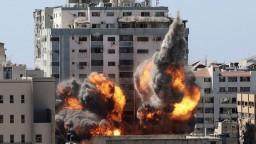 Novinári tvrdia, že izraelským náletom unikli len veľmi tesne