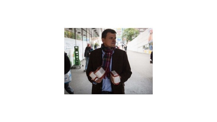 Hlina v bratislavskom centre rozdával ľuďom múku