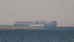 S loďou, ktorá uviazla v Suezskom prieplave, sa sporia o odškodné