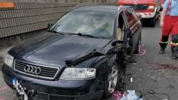 Vážna nehoda na diaľnici. Do muža pri odstavenom aute vrazila dodávka
