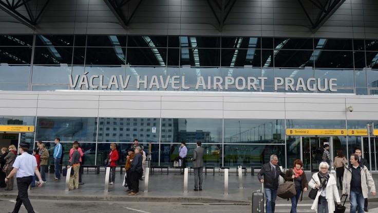 Polícia na letisku zadržala 140 Čechov. Ich covidové testy údajne neboli certifikované