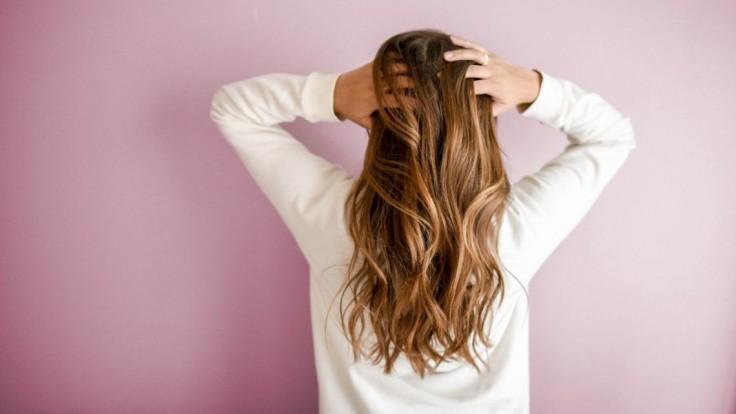 Vlasy a pokožka na hlave starnú rovnako ako pleť. Prispôsobte starostlivosť svojmu veku