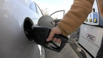 Rastúca cena ropy sa pravdepodobne odrazí v cenách pohonných hmôt