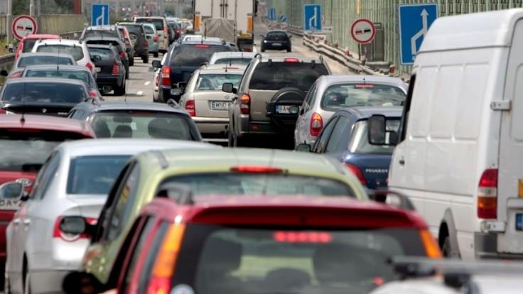 Pripravte sa na zdržanie. Dopravu v rannej špičke komplikujú nehody i kolóny