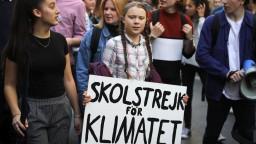 Greta Thunbergová sa vrátila pred parlament, pokračuje v klimatickom štrajku
