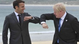 Summit G7 pokračuje, Macron navrhol Johnsonovi reštart vzťahov