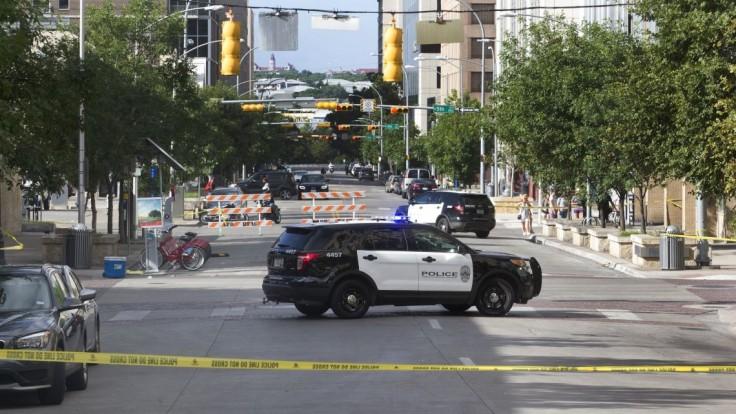 Po masovej streľbe v centre Austinu zomrel muž, zranenia utrpelo 14 ľudí