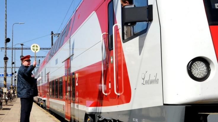 Nešťastie v Čachticiach: Dieťa vbehlo do jazdnej dráhy vlaku