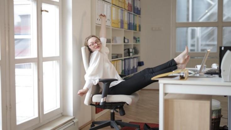Venujte päť minút v kancelárii týmto cvikom a pocítite úľavu nielen na tele, ale aj na mysli