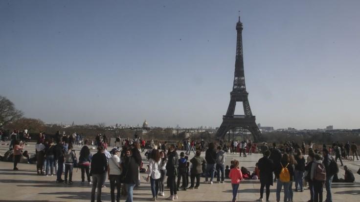 Vo Francúzsku po mesiacoch končí zákaz nočného vychádzania aj rúška vonku