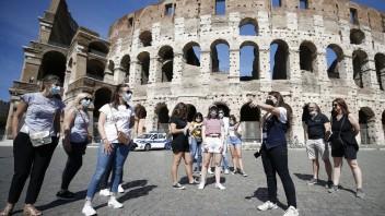 Taliansko ide do bielej zóny. Rúška vonku skončia až v júli
