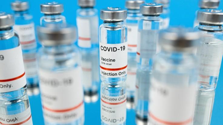 Nechcete sa dať zaočkovať? Mýty o vakcíne proti covid, ktorým stále veríme