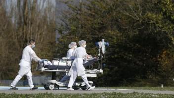 Pandémii celosvetovo podľahlo už viac ako štyri milióny ľudí