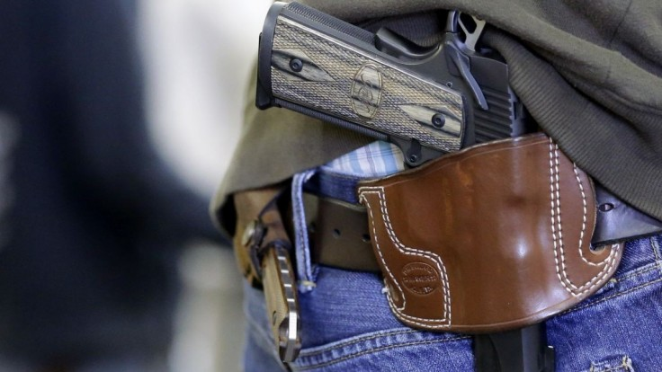 Česká Snemovňa schválila nové právo: Brániť život aj so zbraňou