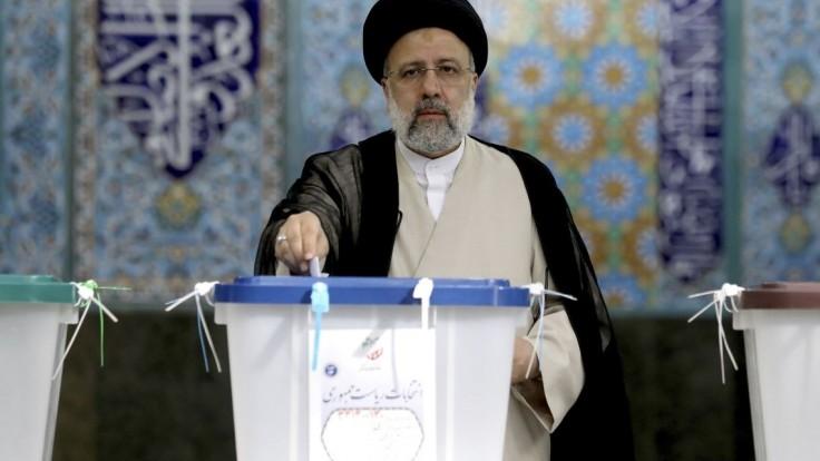 Irán si zvolil nového prezidenta. Zrejme ním bude ultrakonzervatívny duchovný Raísí