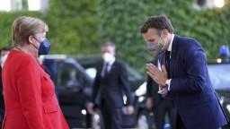 Macron navštívil Merkelovú v Berlíne. Volajú po dialógu s Ruskom