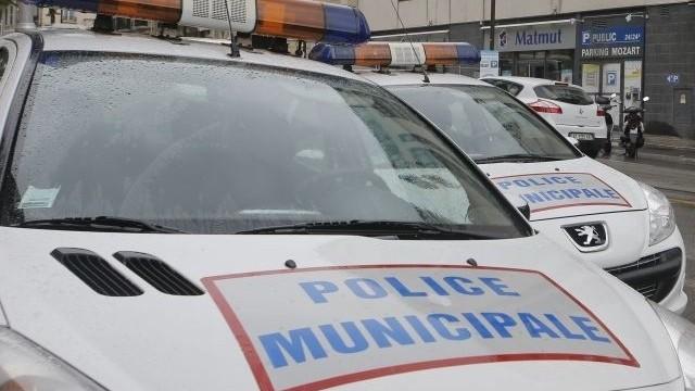 Muž prišiel o ruku, viacerí utrpeli zranenia. Polícia rozháňala veľkú nepovolenú párty