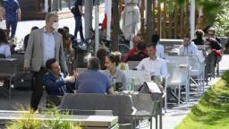 Reštaurácie a hotely sú otvorené, ľudí však nemá kto obsluhovať