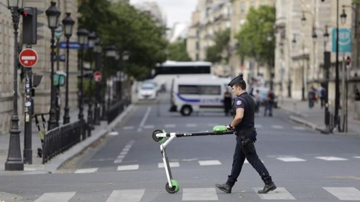 Mladú ženu v Paríži zrazila elektrická kolobežka. Zraneniam podľahla