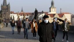 Pandémia ohrozila turizmus v hlavných mestách, situácia je zlá v Prahe i v Bratislave