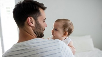 KDH pre otcov po narodení dieťaťa navrhuje týždeň platenej dovolenky navyše