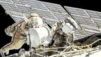 Astronauti vystúpili do vesmíru, namontovali na ISS solárny panel
