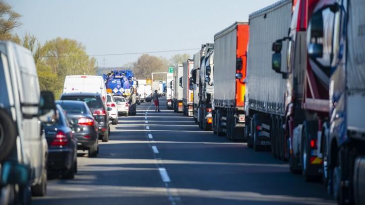 Na diaľnici D2 v smere do Bratislavy sa tvoria kolóny. Zdržíte sa zhruba dve hodiny