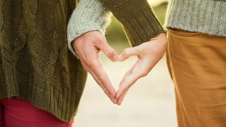 Vzťahový trend päťdesiatnikov sa volá mingles. Partneri fungujú spolu, ale v dvoch domovoch