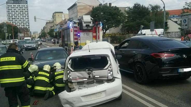 V Bratislave sa v špičke zrazili tri autá, miesto je ťažko prejazdné