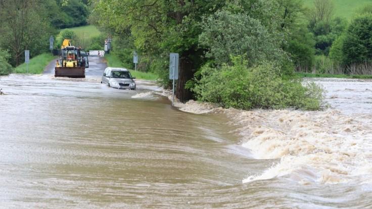 Prívalové dažde môžu spôsobiť povodne. Meteorológovia varujú jeden okres