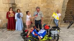 Peťo Káčer zavítal do Bojníc. Na bicykli pomáhal tým, ktorí to potrebujú