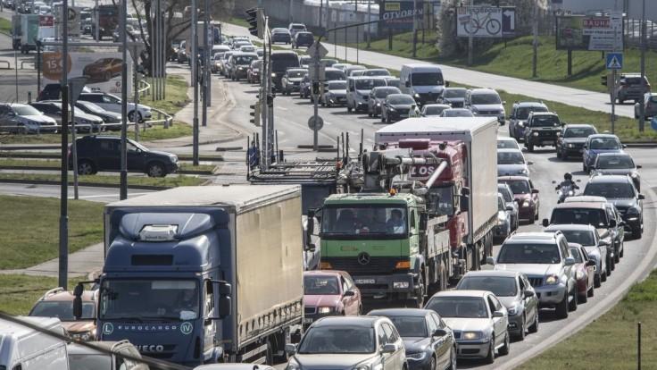 Cestu do Bratislavy komplikujú nehody a dlhé kolóny. Zdržíte sa takmer 60 minút