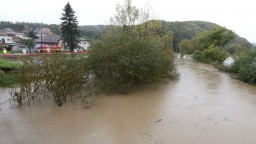 Z búrkových lejakov hrozia prívalové povodne. Pripraviť by sa mali najmä dva kraje