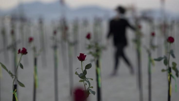 FOTO Brazílčania uložili na pláž 500-tisíc ruží. Pripomínajú si pol milióna obetí covidu