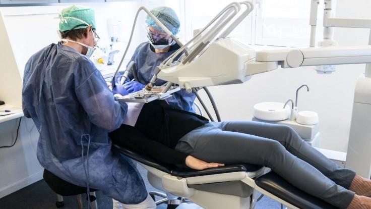 Zubári sa dočkali. Hodinovú mzdu za pohotovostnú službu dostanú aj oni