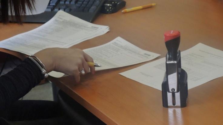 Pracovníčka daňového úradu skončila vo väzbe pre daňové podvody