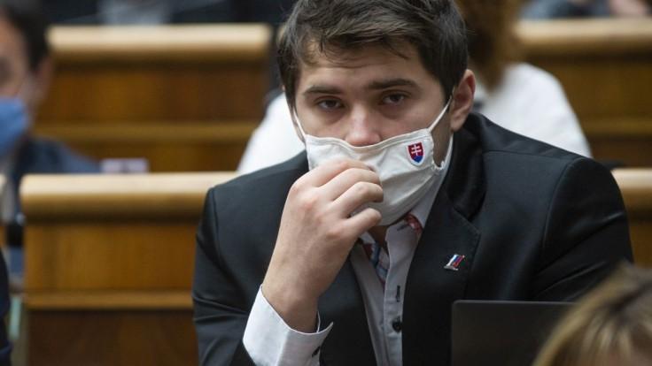 Do parlamentu sa vrátil staronový poslanec Sebastián Kozarec, nahradil Heráka