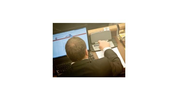 Poslanci majú dostať laptopy za 120 tisíc, opozícii to prekáža