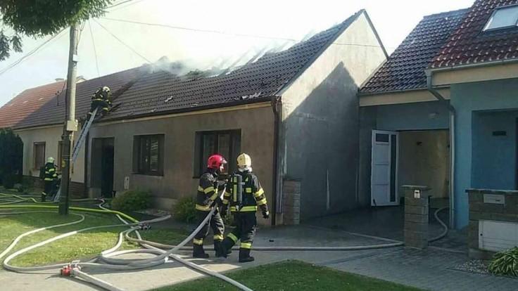 V Jaslovských Bohuniciach došlo k požiaru domu. Zasahovalo 40 hasičov