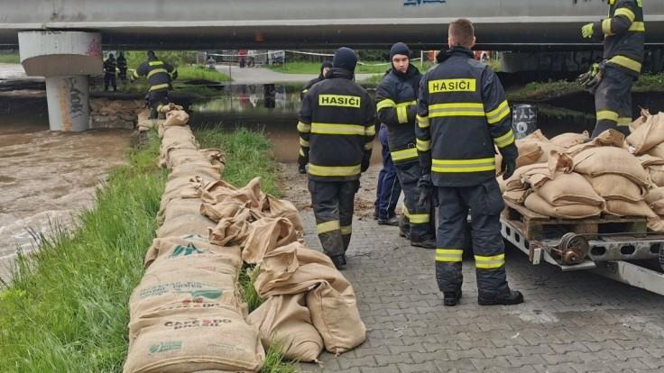 V niektorých okresoch hrozia prívalové povodne, varujú meteorológovia