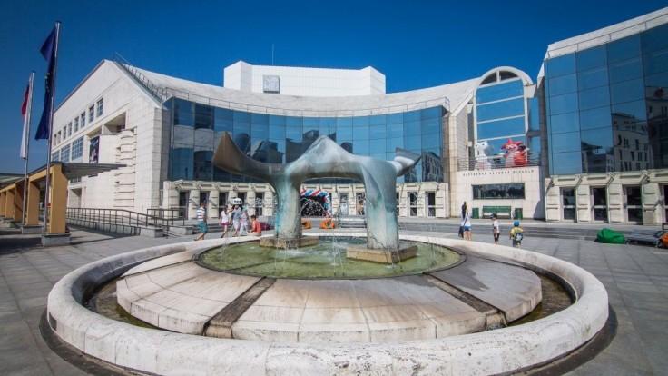 Milanová chce naštartovať ozdravenie národného divadla. Začala sumou 1,4 milióna
