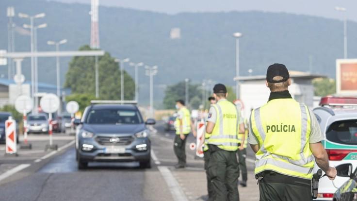 Niektoré hraničné priechody budú od pondelka uzavreté, upozorňuje ministerstvo