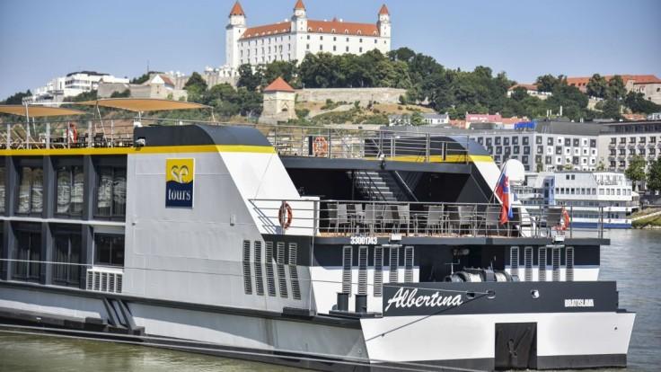 FOTO V Bratislave vyplávala na svoju prvú plavbu loď Albertina. Vyrobili ju v Komárne