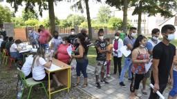 Rómovia aj bezdomovci sú v očkovaní na chvoste, mobilné tímy sa to usilujú zmeniť