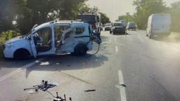 Autá sa zrazili s políciou, výsledkom je zničené vozidlo a dvaja ťažko zranení