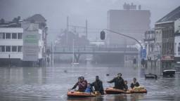 Diaľnice a domy sú zaplavené, pátrajú po obetiach. Problémy hlásia ďalšie krajiny