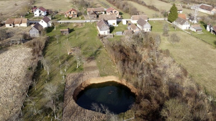 Obrovské jamy, ktoré sa objavili po zemetrasení, už nie sú záhadou. Sú skôr hrozbou