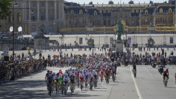 Van Aert vyhral záverečnú etapu Tour de France, Pogačarovi sa podarilo obhájiť titul