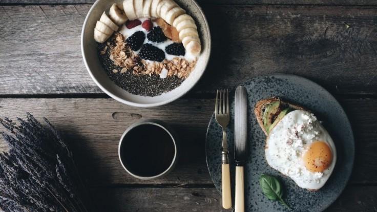 Toto na prázdny žalúdok nikdy nejedzte! Aj zdravé potraviny môžu v nesprávnom čase uškodiť