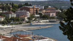 Chorvátske pobrežie je stále oranžové, podobne je na tom i väčšina Grécka